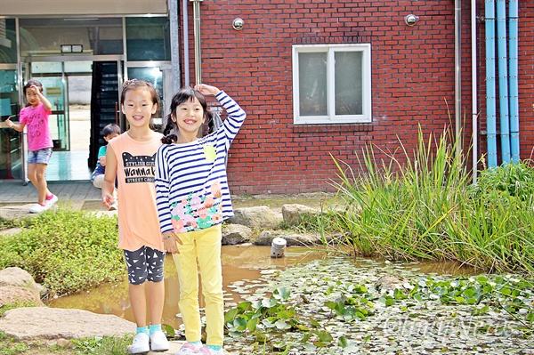 학교 연못에서 '미소' 행복한 인생과 사회를 만들기 위해 '꿈틀'거리는 현장을 찾아가는 '<오마이뉴스> 꿈틀버스 3호'가 11~12일 전남 순천을 찾았다. 11일 찾은 인안초등학교의 학생들이 학교 연못에서 카메라를 보며 웃고 있다.