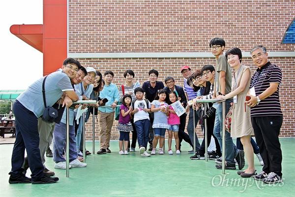 인안초등학교에서 '김치' 행복한 인생과 사회를 만들기 위해 '꿈틀'거리는 현장을 찾아가는 '<오마이뉴스> 꿈틀버스 3호'가 11~12일 전남 순천을 찾았다. 11일 인안초등학교를 찾은 꿈틀버스단이 학교 교사·학생들과 카메라 앞에서 포즈를 취하고 있다.