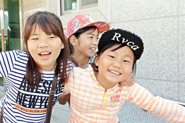 저도 찍어주세요! 행복한 인생과 사회를 만들기 위해 '꿈틀'거리는 현장을 찾아가는 '<오마이뉴스> 꿈틀버스 3호'가 11~12일 전남 순천을 찾았다. 11일 인안초등학교에서 만난 학생들이 카메라 앞에서 포즈를 취하고 있다.