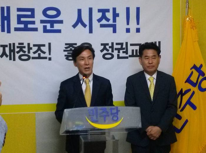 민주당 새로운 시작  위원회 의장에 취임한 김민석 전 의원이 강신성 대표와 함께 기자회견을 하고 있다