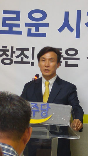 김민석 민주당 새로운 시작위원회 의장이 기자들의 질문을 받고 있다.