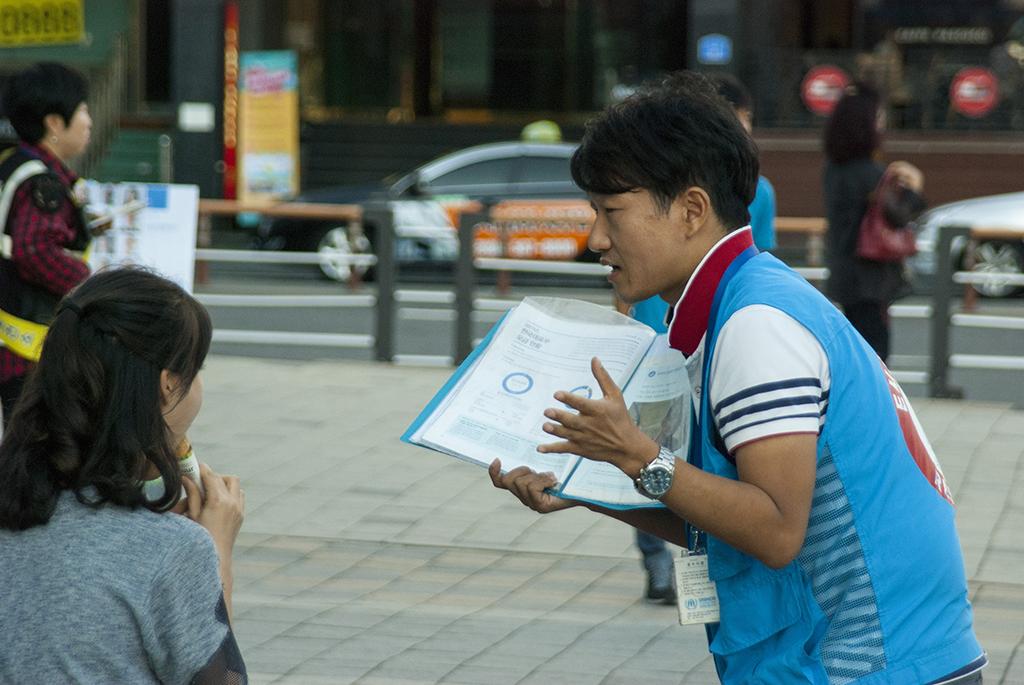 유엔난민기구 거리 모금 활동가들의 캠페인 현장 (3)