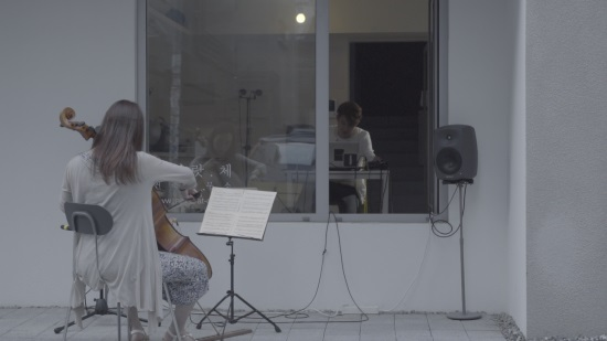 10월 16일 저녁8시 VIMEO에서 공연되는 <non-verbal communication cello and live-electronic music>. 첼로주자와 작곡가가 무언의 대화, 눈빛, 제스쳐 등을 통해 소통하고 음악을 함께 만들어간다.