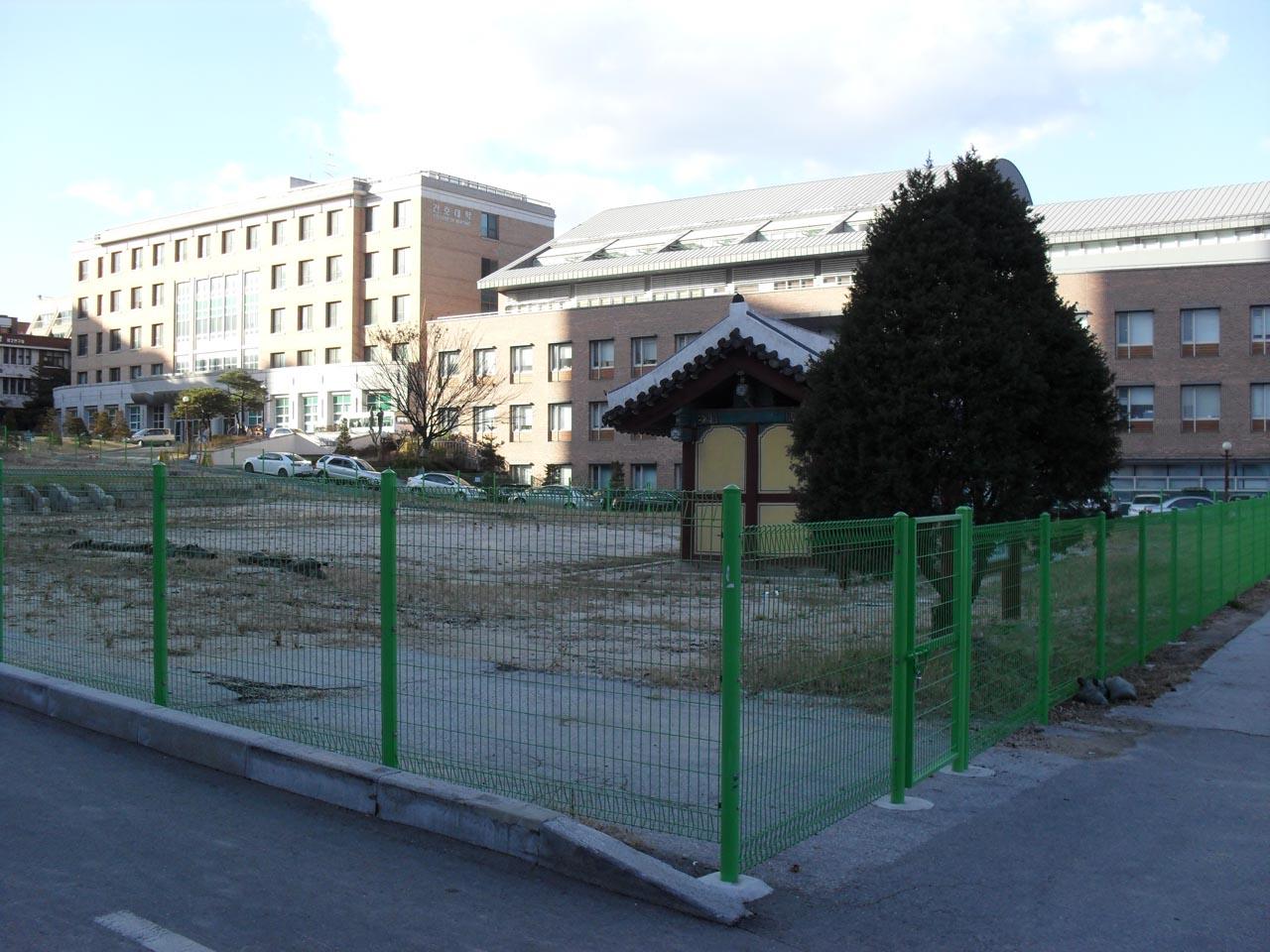 사도세자의 사당이 있었던 경모궁 터. 서울시 종로구 연건동의 서울대학교병원 뒤편에 있다. 대학로에 있는 혜화역 인근이다.