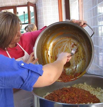 수프키친에서는 80터키리라로 150인분의 식사를 요리해야한다. 주식은 사진처럼 언제나 국수다.