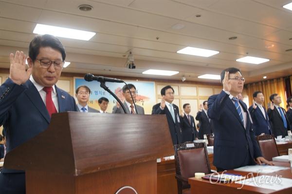 21일 대구시청에서 열린 국회 안전행정위원회 국정감사에서 권영진 대구시장이 증인선서를 하고 있다.