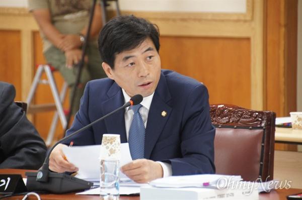 김민기 새정치민주연합 국회의운이 21일 오전 대구시청에서 열린 국정감사에서 '광복70주년 대구신바람 페스티벌'에 대해 질문하고 있다.