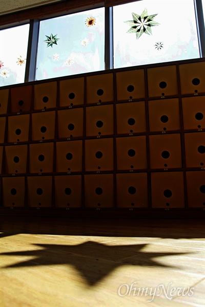 햇살 스미는 '기적의도서관' 행복한 인생과 사회를 만들기 위해 '꿈틀'거리는 현장을 찾아가는 '<오마이뉴스> 꿈틀버스 3호'가 11~12일 전남 순천을 찾았다. 앞서 사전취재를 위해 8일 방문한 기적의도서관 창으로 햇살이 쏟아지고 있다.