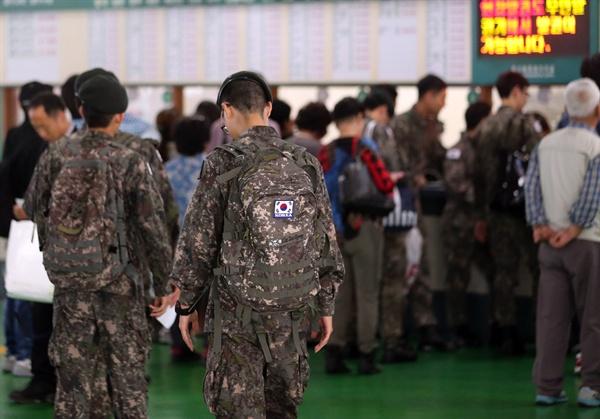 지난 21일 서울 동서울 버스터미널에서 장병들이 버스표를 구매하고 있는 모습.