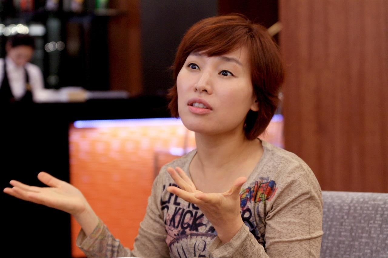 바이올리니스트 박주영 씨 공연에 대한 이야기를 나누고 있다.