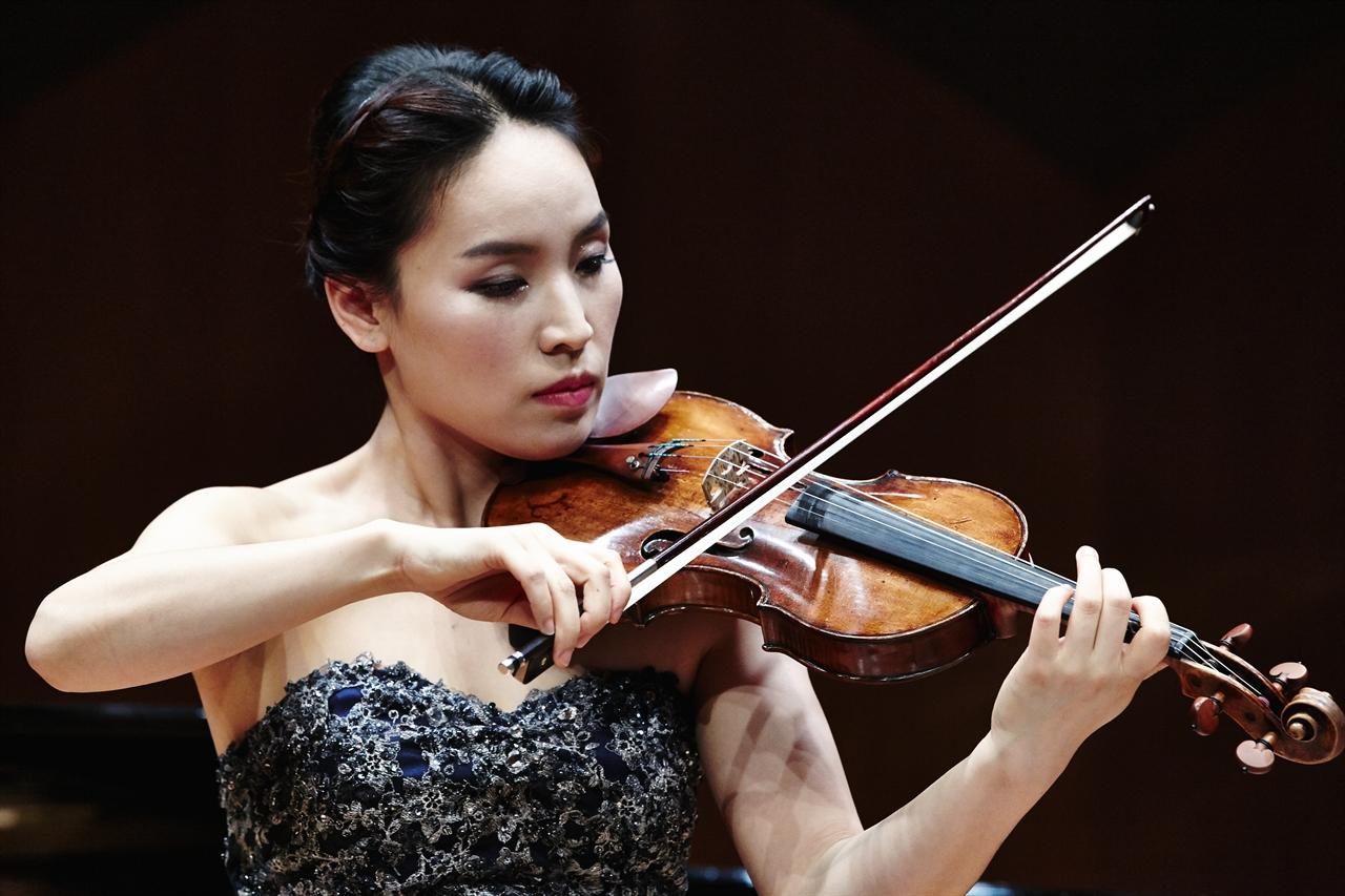 바이올리니스트 박주영 바이올린 연주 모습