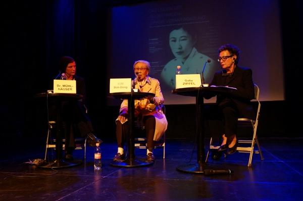 김복동 할머니가 독일 학술관련 전문가와 함께 일본의 위안부 역사 대해 증언하는 모습.