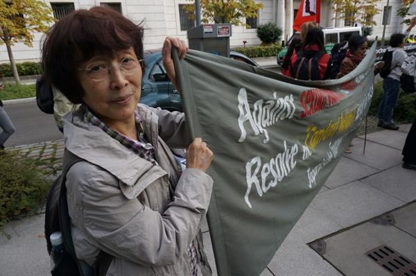 과거사에 대한 아베의 사과를 촉구하는 피켓을 들고 시위에 참가한 일본인의 모습.