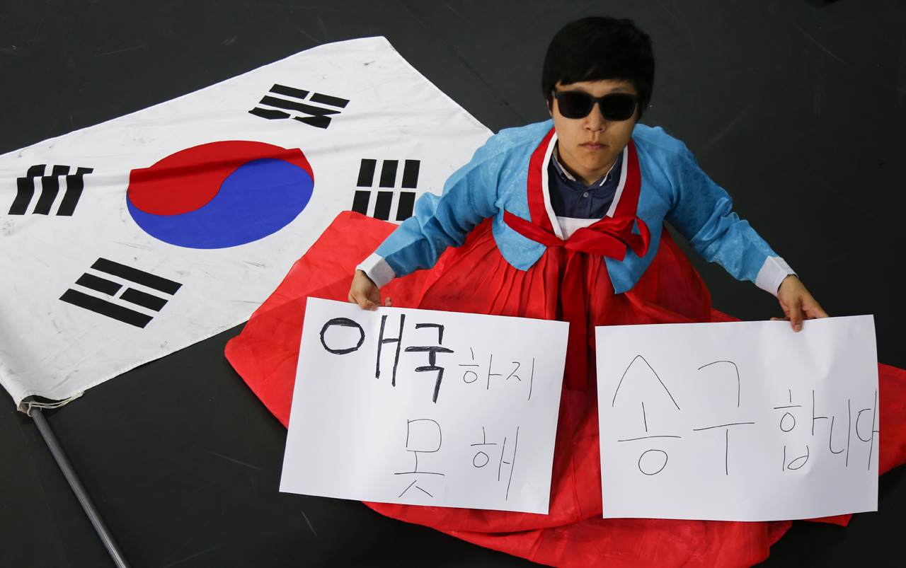 """""""애국하지 못해 송구합니다"""" 4년 동안 대학 생활을 하면서 서씨에게 '우리나라'는 '남의 나라'가 됐다. 애국은 사치였다. 경쟁만 강조하는 조국이 실망스러웠다. 20대의 절반을 한국에서 보낸 서씨는 한국을 과감히 떠나려 한다. 서씨는 """"여기는 헬조선이 맞다""""라며 """"나는 탈조선 하겠다""""라고 말했다."""