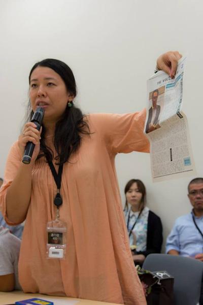 8월 27일 엄마들의 모임 국회요청행동. 필자가 사이타마 엄마들의 모임 활동의 하나로 Volcano신문 발간을 보고하고 있다.