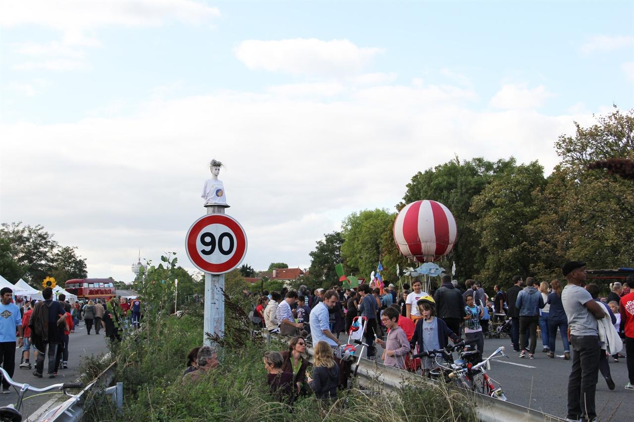 라부아에리브르 축제 전경 파리 인근을 지나는 2km의 아주 짧은 고속도로 A186를 하루동안 막아놓고 페스티발이 열렸다. 내년에 들어설 트람 공사로 올해가 고속도로 상에서 여는 마지막 페스티발이다.