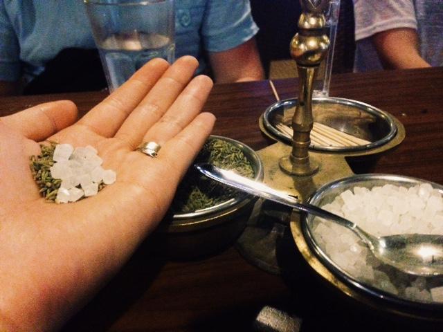 인도에서는 흔한 식사 후 입가심. 민트와 설탕.
