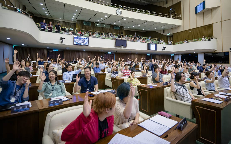지난 7월 19일 서울시의회 본회의장에서 열린 청년의회에서 청년의원들이 손을 들어 의사를 표현하고 있다.
