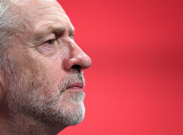 지난 9월 27일 열린 영국 노동당 전당대회에서 제레미 코빈이 생각에 잠겨 있다.