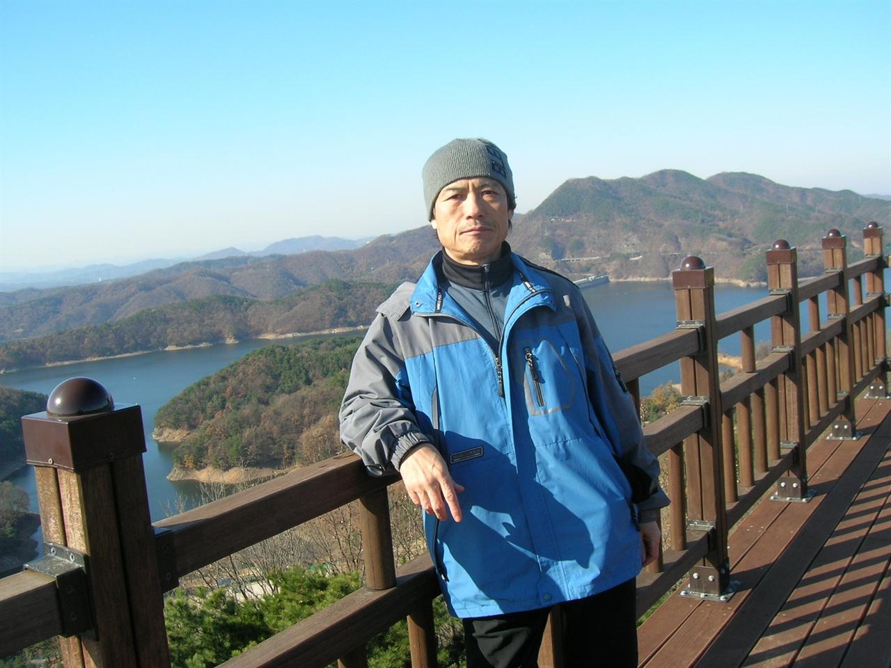 한국의 자연부터... 거기 모든 것이 있다 길을 걸으면 거기 몸의 건강이 깃든다. 눈으로 보는 모든 것들이 나를 가르친다. 자연만이 아니다. 역사와 문화와 사람들의 삶이 있다. 박물관 고택 유적지가 땅 곳곳에 있다.