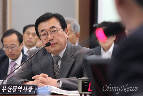 5일 부산시청에서 열린 국회 안전행정위원회의의 부산시 국정감사에서 서병수 시장이 의원들의 질문을 듣고 있다.