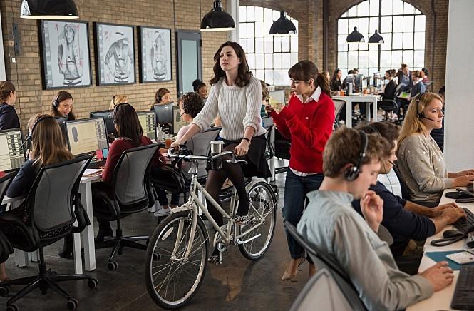 영화 <인턴> 스틸컷 줄스 오스틴은 혼자서 자전거를 타며 운동한다.