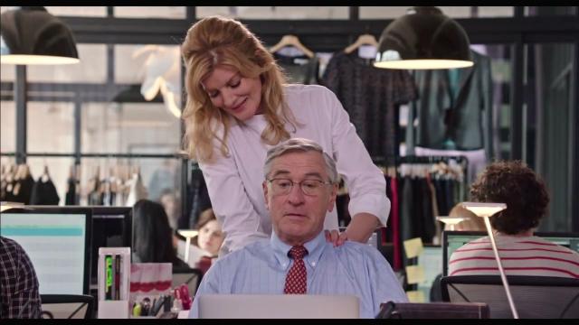 영화 <인턴> 스틸컷 벤과 피오나의 애정 관계는, 아날로그 스킨쉽의 중요성을 역설한다.