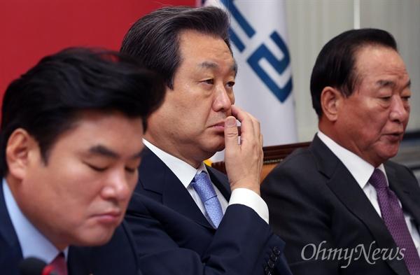 생각에 잠긴 김무성 대표 새누리당 김무성 대표가 8일 오전 국회 대표실에서 최고위원회의를 주재하던 도중 생각에 잠겨 있다. 오른쪽은 서청원 최고위원.