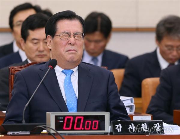 황찬현 감사원장, 두 눈 '질끈' 황찬현 감사원장이 8일 국회에서 열린 법제사법위원회의 국정감사를 받던 도중 두 눈을 질끈 감고 있다.