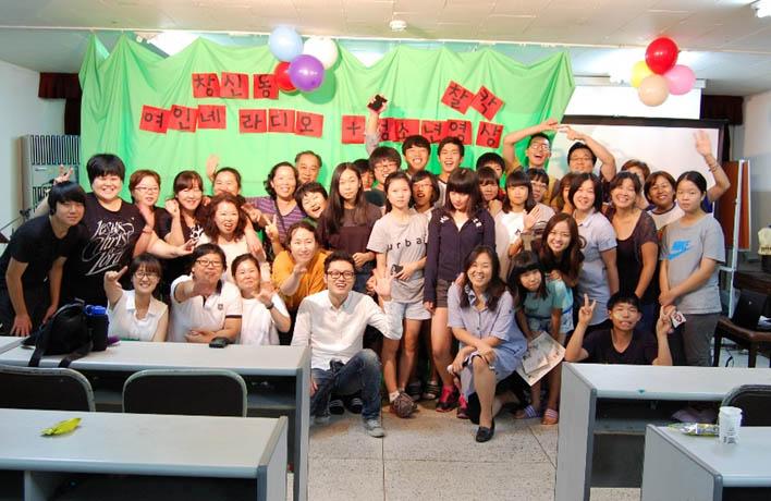 봉제공장이 많은 창신동 주민들이 직접 만들고 출연하는 라디오 방송국 '라디오덤' 사람들.