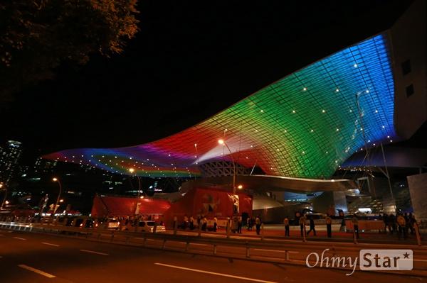 제20회 부산국제영화제(BIFF) 개막일인 1일 오후 부산 해운대구 영화의전당에 설치된 형형색색의 조명이 영화제 시작을 알리고 있다.