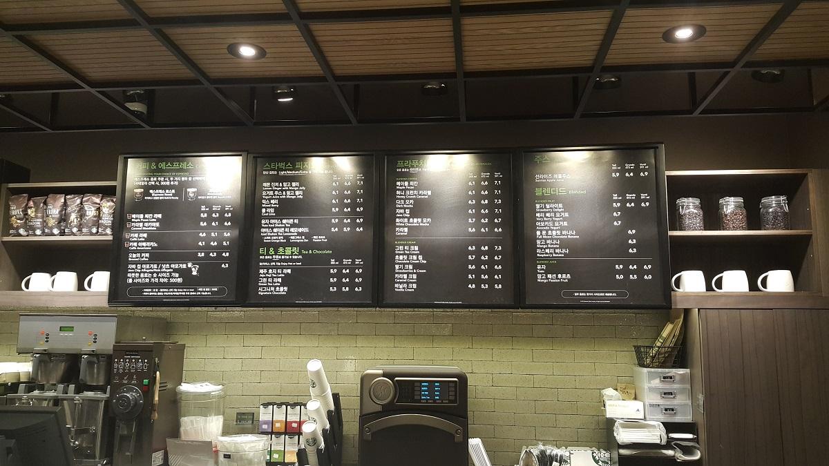 스타벅스 메뉴판 작은 문구외에 숏 사이즈에 대한 정보를 찾을 수 없다.