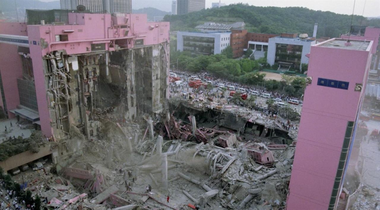 삼풍백화점 붕괴 당시 현장 모습. 다큐멘터리 영화 <논픽션 다이어리>의 한 장면.