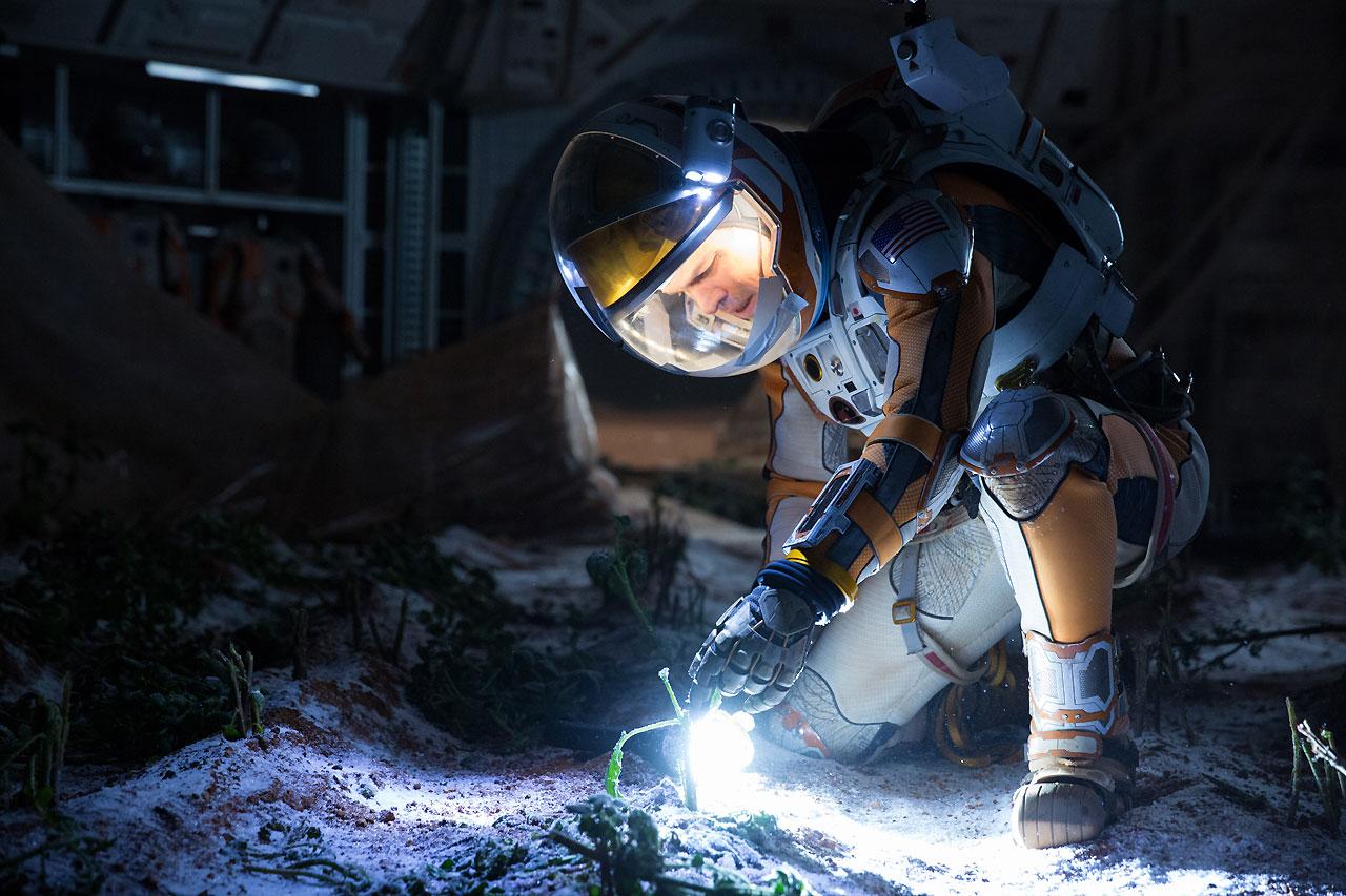 영화 <마션>의 한 장면. 화성의 척박한 땅에서 감자를 키우면서 마크 와트니는 생존하려고 애쓴다.