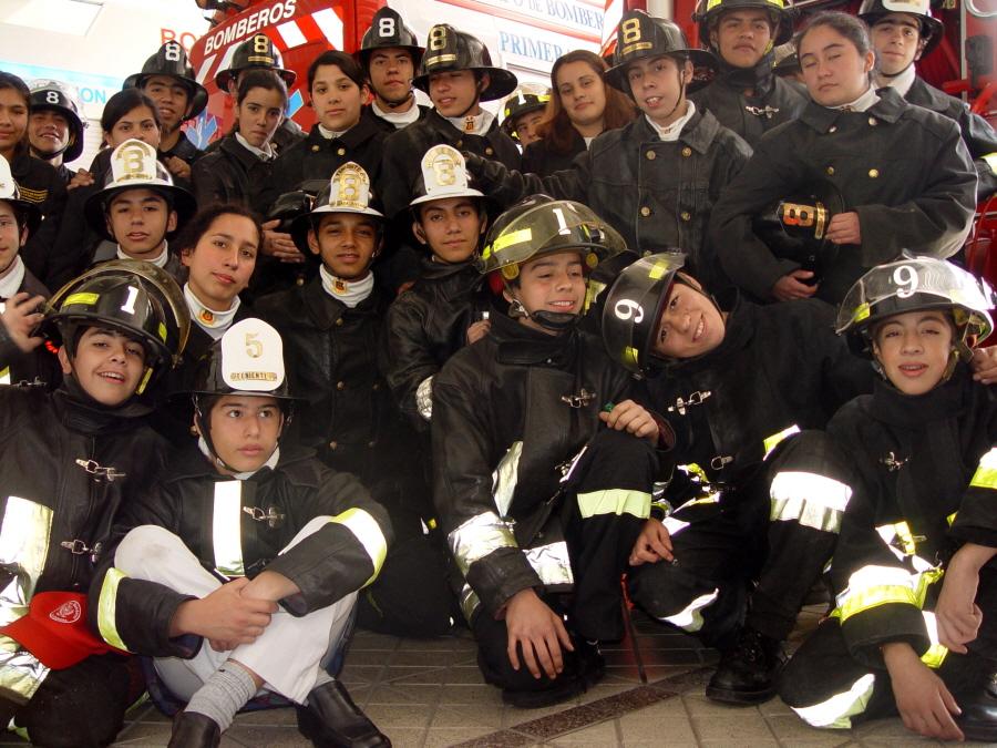 18세 이후부터 소방관 자원봉사가 가능하다. 미래의 소방관들.