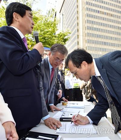 친일독재미화 국정교과서 반대 서명운동 13일 서울 여의도역 인근에서 열린 새정치민주연합 '친일독재미화 국정교과서 반대 대국민 서명운동'에서 문재인 대표와 이종걸 원내대표 등이 참석한 가운데 시민들이 서명하고 있다.