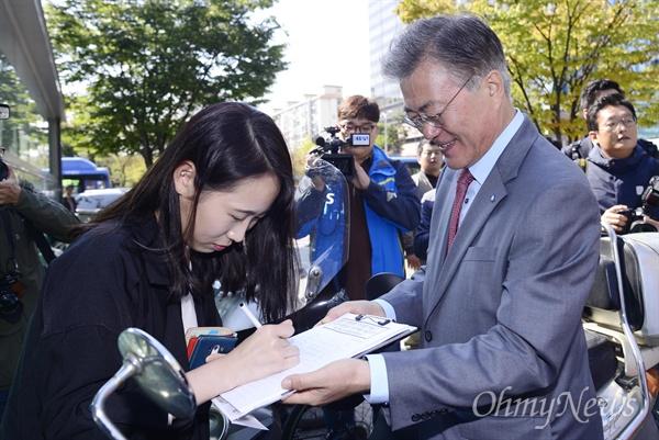 거리 서명 받는 문재인 대표 문재인 새정치민주연합 대표가 13일 서울 여의도역 인근에서 열린 '친일독재미화 국정교과서 반대 대국민 서명운동'에서 시민들의 서명을 받고 있다.
