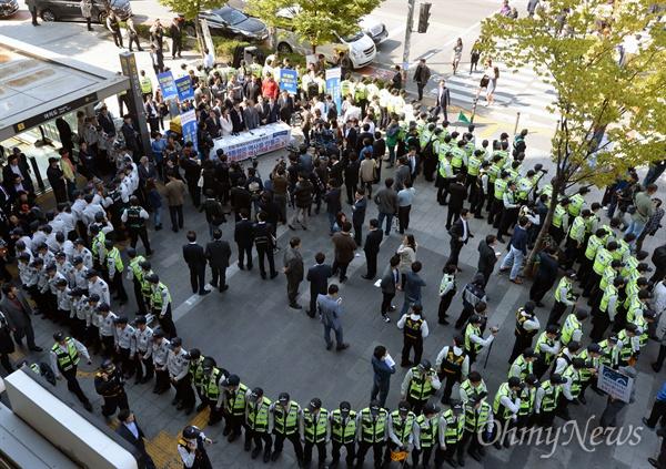 야당 거리서명 방해하는 어버이연합 새정치민주연합 문재인 대표 등 의원과 당직자들이 13일 서울 여의도역 앞에서 친일·독재교과서 국정화 반대 서명운동을 벌이는 동안 어버이연합 등 보수단체 회원들이 맞은 편에서 항의집회를 열고 있다.