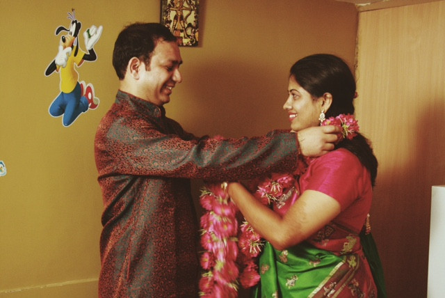 'Varmala' 이라는 결혼 의식으로 신랑과 신부가 서로의 화환을 교환하고 있다.