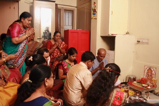 구자라트 지역에서 결혼 전 실시하는 Mandap Mahurat. 집안에 경사스러운 행사를 가지기 전 가네쉬(코끼리 머리 형상을 한 힌두교 신) 푸자(제사)를 지내는 종교 의식이다. 신랑, 신부 가족들이 번영과 행운을 빌며 예배를 올리는 모습이다.