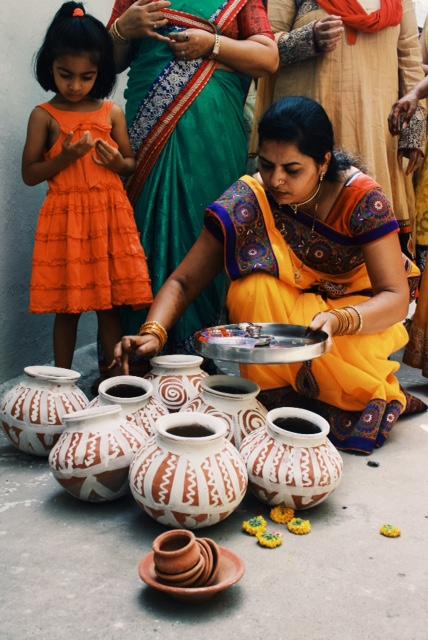 항아리에 찍어바르던 붉은염료는 내면의 감정과 지혜로움을 뜻한다. 오직 결혼한 여성만이 참여 할 수 있다.
