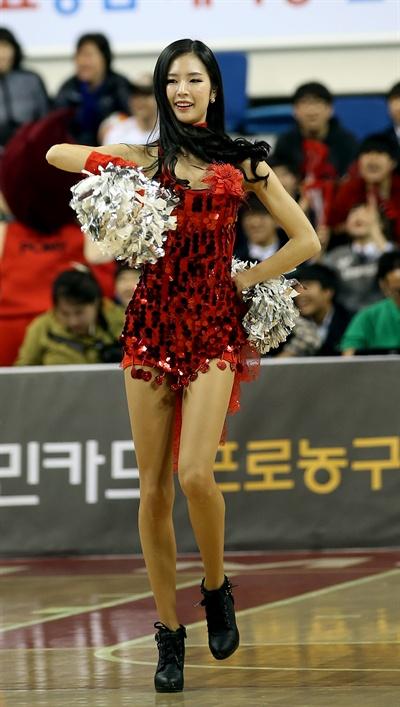 박기량의 율동 지난 2014년 3월 25일 울산동천체육관에서 열린 프로농구 울산 모비스와 서울 SK의 플레이오프 2차전 경기. 울산 모비스 치어리더 박기량이 관중의 흥을 돋우며 춤을 추고 있다.