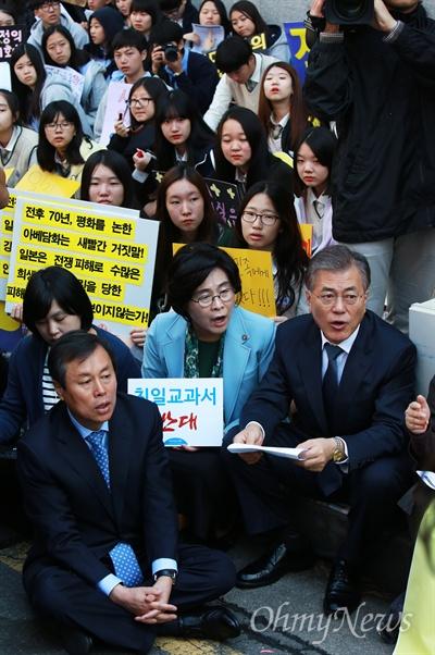 문제인,, 1200번째 수요집회 참석 문재인 새정치민주연합 대표가 14일 오후 종로구 일본대사관앞에서 열린 1200번째 일본군위안부(성노예) 문제 해결을 촉구하는 수요집회에 참석하고 있다.