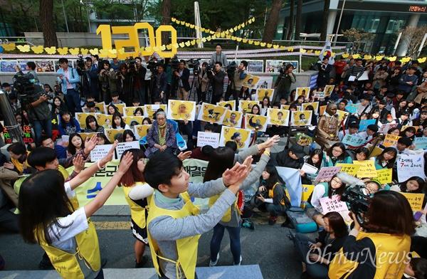 일본 사죄 촉구 1200번째 수요집회 14일 오후 종로구 일본대사관앞에서 중고등학생들이 많이 참여한 가운데 1200번째 일본군위안부(성노예) 문제 해결을 촉구하는 수요집회가 열리고 있다.