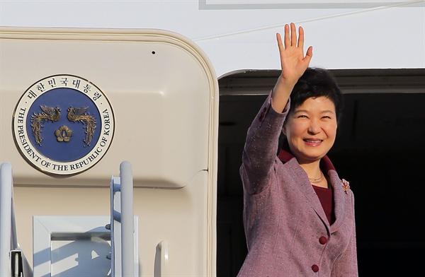 한·미 정상회담을 위해 미국 방문에 나서는 박근혜 대통령이 13일 오후 서울공항에서 전용기에 오르며 손을 흔들고 있다