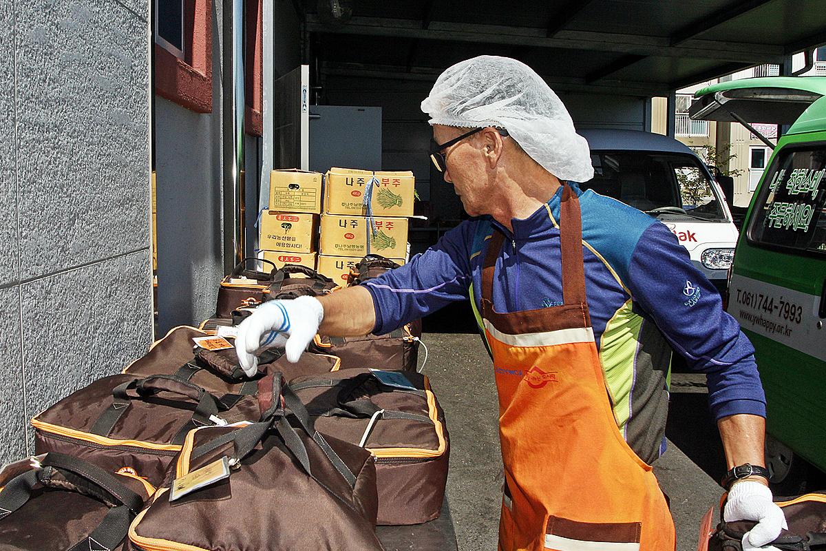 현재 해피락은 지난 2006년 도시락 사업을 시작할 당시 하루 100여개에 그쳤던 공공급식과 단체급식 도시락만 2000여개를 생산, 판매하고 있다. 한 직원이 도시락 배달을 준비하고 있다.