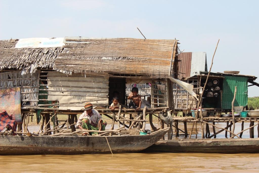 동남아 최대 호수 톤레삽 호수주변 선상가옥에서 물고기를 기르거나 잡으며 살아가고 있는 베트남출신 사람들.