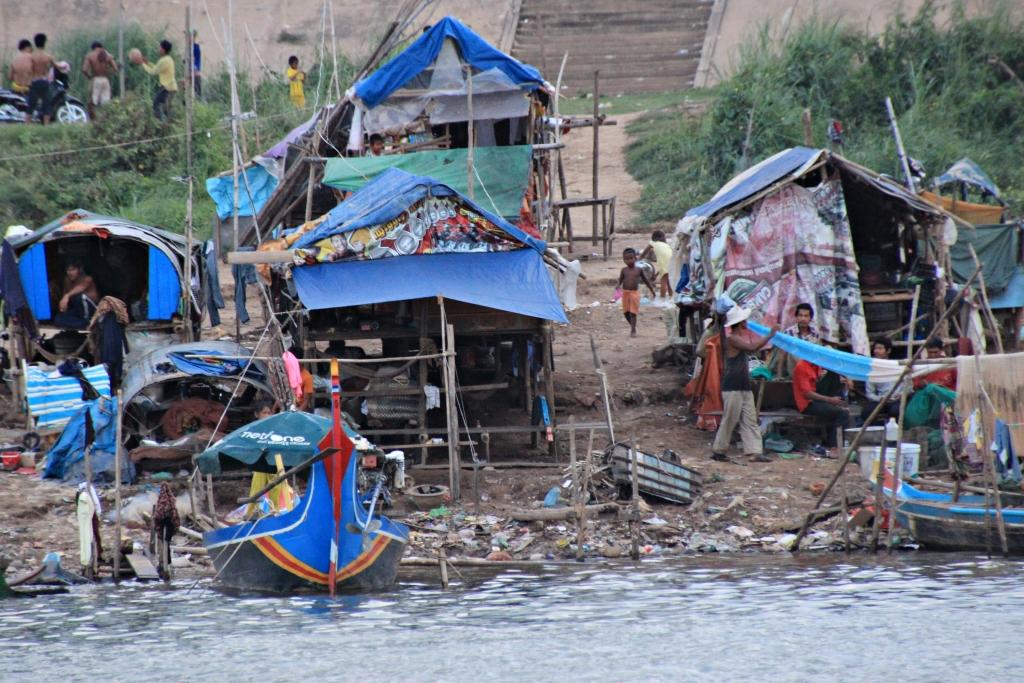 국적도 없고, 땅을 구입할 권리도 갖고 있지 않아 메콩강 주변에 집을 짓고 살아가는 베트남 보트피플과 그 후예들.