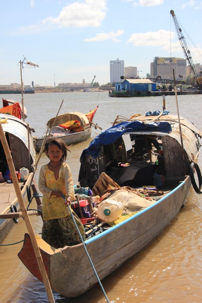 메콩강변 고기잡이 배를 탄 소녀의 모습. 도시개발이 가속화됨에 따라 메콩강이나 톤레삽호수에서 물고기를 잡으며 살아가는 베트남인들도 점점 그들이 살던 터전을 잃어가고 있다.