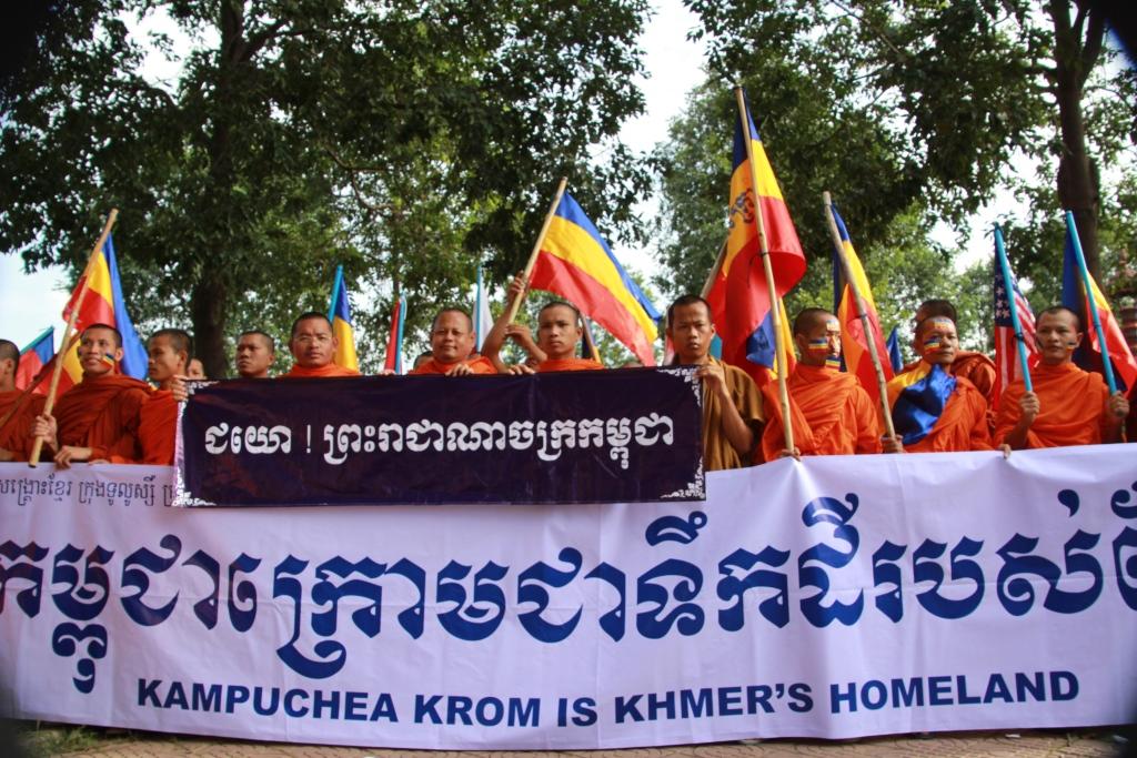 우리 땅 캄푸치아 크롬을 돌려달라 과거 베트남에 빼앗긴 땅을 돌려달라며 승려들과 사회단체들이 합세해 수도 프놈펜 한복판에서 시위를 벌이고 있는 모습.